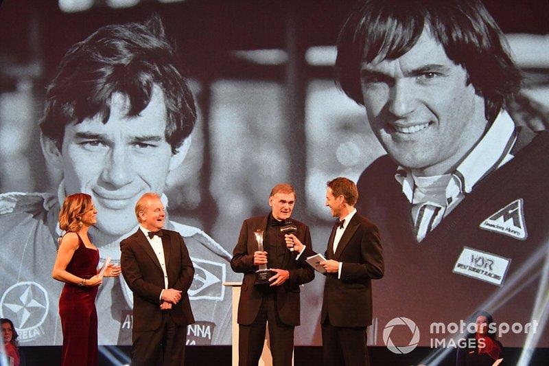 Дик Беннетс с премией Грегора Гранта