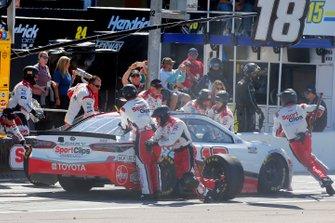 Kyle Busch, Joe Gibbs Racing, Toyota Camry Sport Clips pit stop
