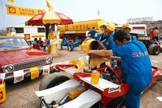 Rifornimento per le auto del team Shell al GP d'Olanda del 1970