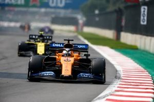 Carlos Sainz Jr., McLaren MCL34, y Nico Hulkenberg, Renault R.S. 19