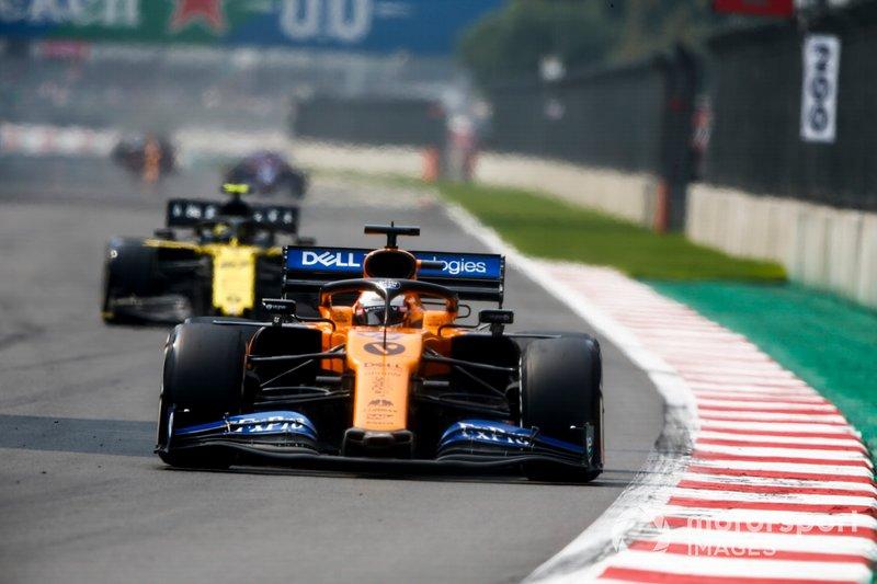 Carlos Sainz Jr., McLaren MCL34, precede Nico Hulkenberg, Renault R.S. 19