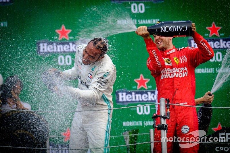 Podio: il vincitore della gara Lewis Hamilton, Mercedes AMG F1, secondo classificato Sebastian Vettel, Ferrari
