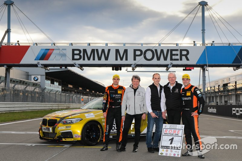 #650 BMW M240i Racing Cup: Yannick Fübrich, David Griessner with VLN Officials