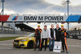 #650 BMW M240i Racing Cup: Yannick Fübrich, David Griessner with VLN Officials