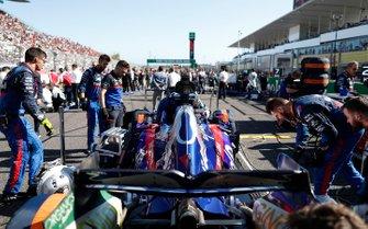 Les mécaniciens sur la grille avec Daniil Kvyat, Toro Rosso