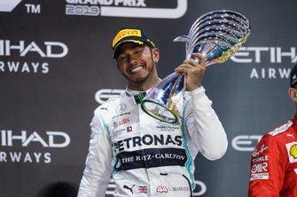 Lewis Hamilton, Mercedes AMG F1, primo classificato, festeggia sul podio con il trofeo