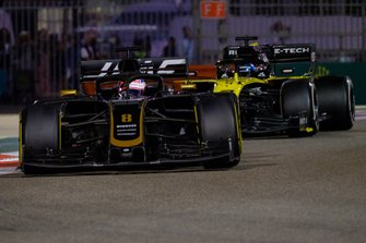 Romain Grosjean, Haas F1 Team VF-19, Daniel Ricciardo, Renault F1 Team R.S.19
