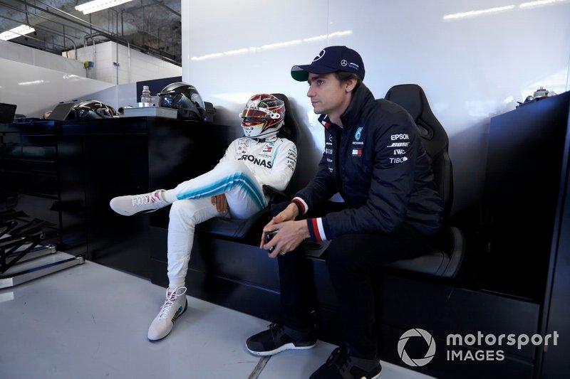 Гонщик Mercedes AMG F1 Льюис Хэмилтон и тест-пилот Эстебан Гутьеррес