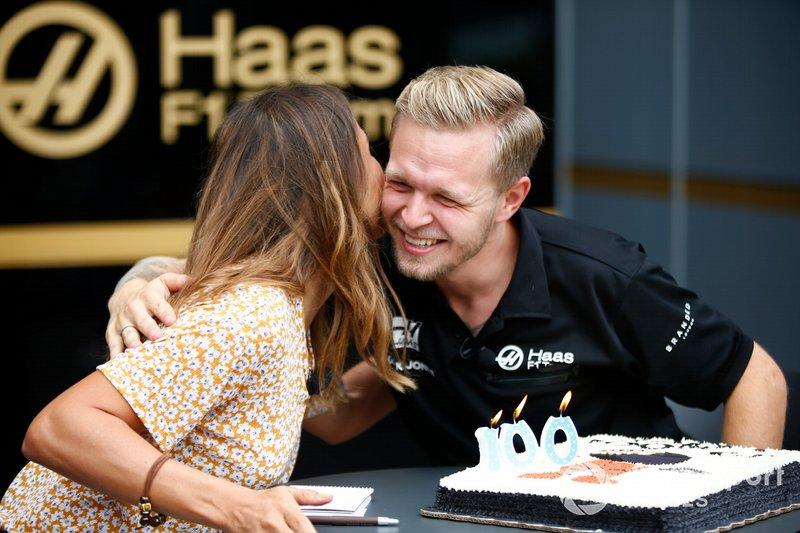 Kevin Magnussen, Haas F1 Team VF-19 celebra su 100 GP con miembros del equipo.