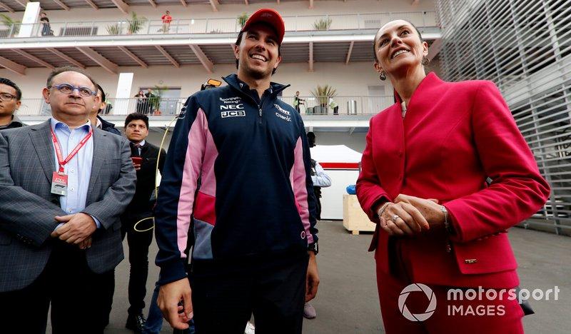 Гонщик Racing Point F1 Team Серхио Перес и мэр Мехико Клаудия Шейнбаум