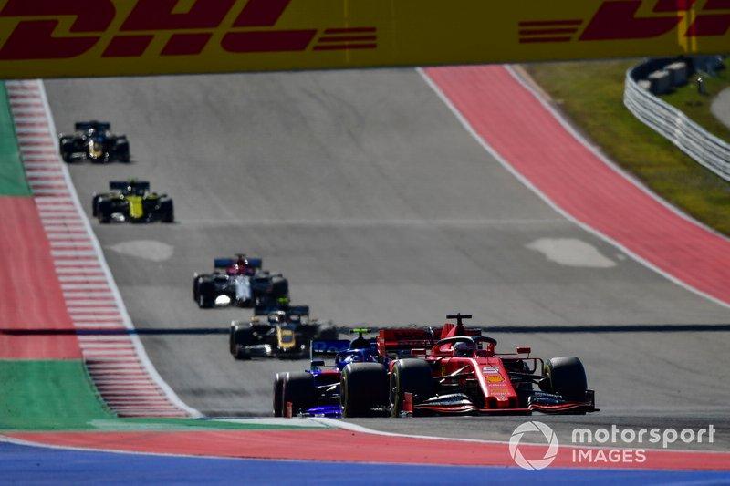 Sebastian Vettel, Ferrari SF90, precede Pierre Gasly, Toro Rosso STR14