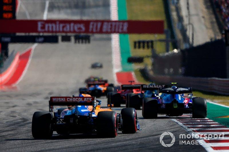 Pierre Gasly, Toro Rosso STR14, precede Carlos Sainz Jr., McLaren MCL34