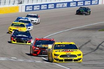 Joey Logano, Team Penske, Ford Mustang Pennzoil an dMartin Truex Jr., Joe Gibbs Racing, Toyota Camry Bass Pro Shops