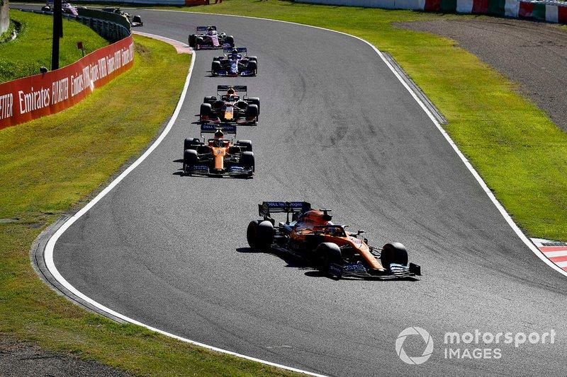 Carlos Sainz Jr, McLaren MCL34, lidera Lando Norris, McLaren MCL34, Alex Albon, Red Bull RB15, y Pierre Gasly, Toro Rosso STR14