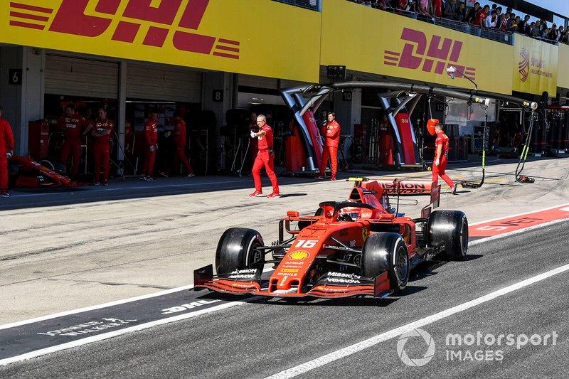 Charles Leclerc, Ferrari SF90, en el pit lane al inicio de la sesión de clasificación