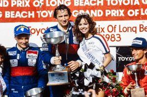 Podium : le vainqueur John Watson, deuxième place Niki Lauda, troisième place René Arnoux