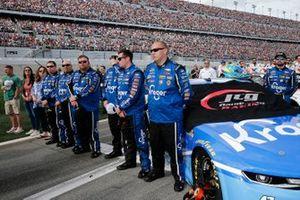Ricky Stenhouse Jr., JTG Daugherty Racing, Chevrolet Camaro Kroger and crew members