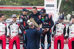 Podio: ganador Thierry Neuville, Nicolas Gilsoul, Hyundai Motorsport Hyundai i20 Coupe WRC con Thomas Schemera y Alberto II, Príncipe de Mónaco