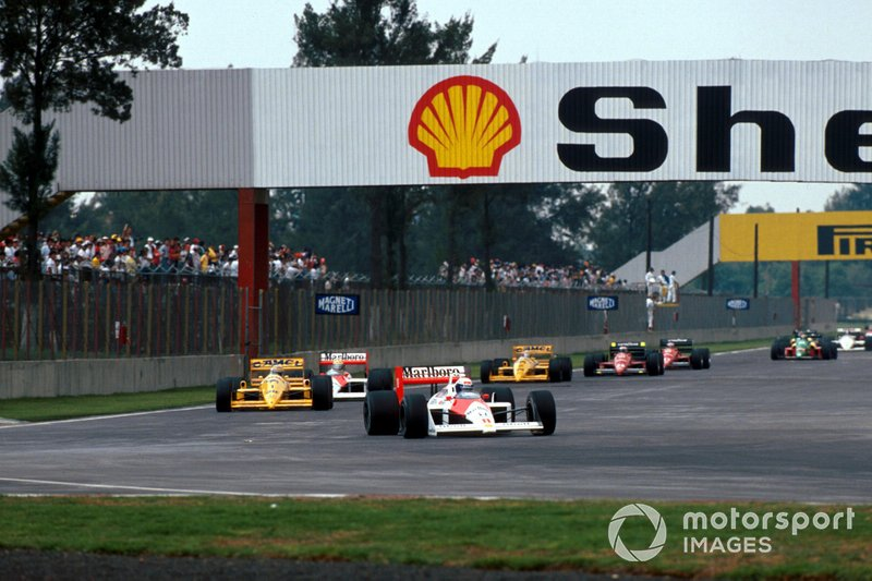Alain Prost, McLaren MP4/4 leads Nelson Piquet, Lotus 100T