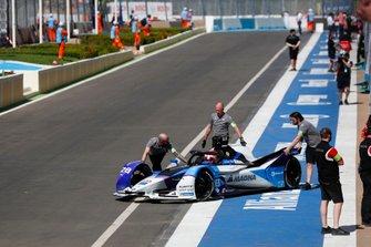 Maximilian Günther, BMW I Andretti Motorsports, BMW iFE.20, spinto fuori dal garage