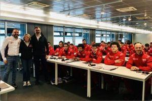 Luca Mino, Eugenia Capanna e Pietro Benvenuti con i ragazzi del corso Auto Racing