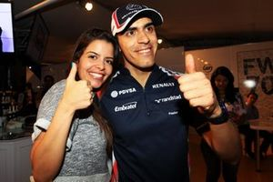 Pole sitter Pastor Maldonado, Williams celebrates with his girlfriend Gabriella Tarkany
