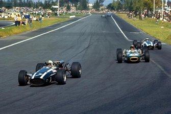 John Surtees, Cooper T81, devant Jack Brabham, Brabham BT20 et Denny Hulme, Brabham BT20