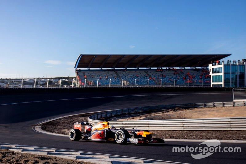 Max Verstappen, RB8 en la curva Hugenholtz