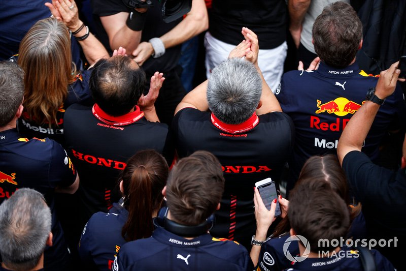 Christian Horner, Team Principal, Red Bull Racing, Toyoharu Tanabe, Direttore tecnico F1, Honda, Masashi Yamamoto, General Manager, Honda Motorsport, e il team Red Bull Honda, festeggiano la vittoria