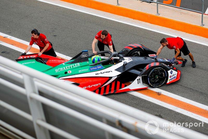 Mechanics push Lucas Di Grassi, Audi Sport ABT Schaeffler, Audi e-tron FE06
