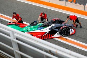 Mechanics push Lucas Di Grassi, Audi Sport ABT Schaeffler, Audi e-tron FE06 back into the garage