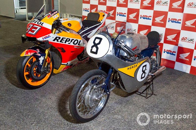 Una Honda Vintage accanto alla moto del Team Repsol Honda