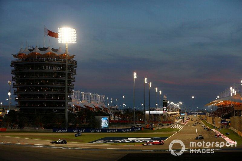 Lewis Hamilton, Mercedes F1 W07 Hybrid, devant Sebastian Vettel, Ferrari SF16-H, et Nico Rosberg, Mercedes F1 W07 Hybrid, dans le tour de formation