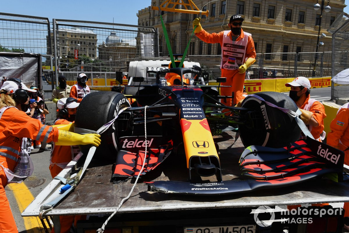 Los comisarios carga en coche dañado de Max Verstappen, Red Bull Racing RB16B, en una grúa