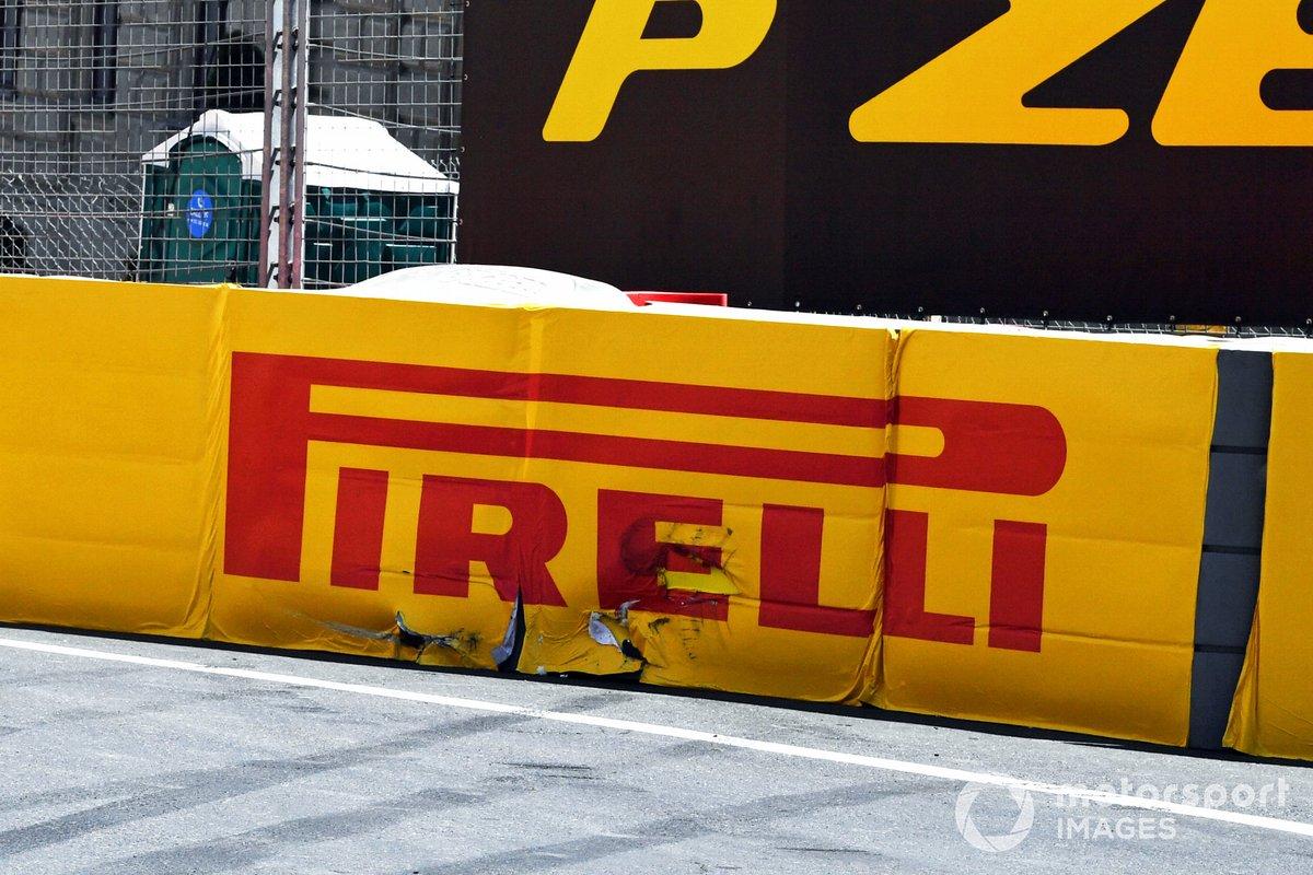 Daños en la barrera tras el accidente de Max Verstappen, Red Bull Racing