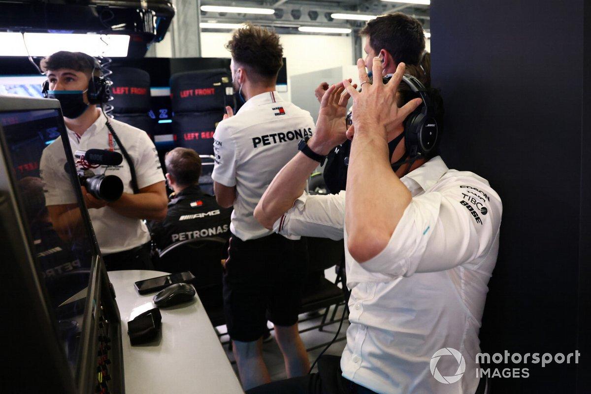 Toto Wolff, director del equipo y consejero delegado de Mercedes AMG, reacciona en el garaje