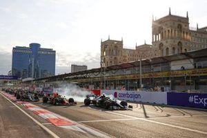 Lewis Hamilton, Mercedes W12, bloque ses roues au restart alors qu'il tente de prendre la tête de la course devant Sergio Perez, Red Bull Racing RB16B