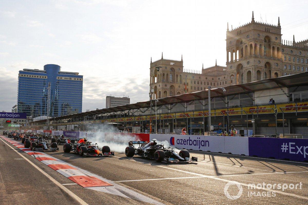 Lewis Hamilton, Mercedes W12, se bloquea en la reanudación y se sale del circuito mientras lucha por el liderato con Sergio Pérez, Red Bull Racing RB16B