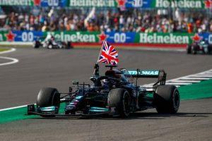 Lewis Hamilton, Mercedes W12, viert zijn overwinning met een Britse vlag