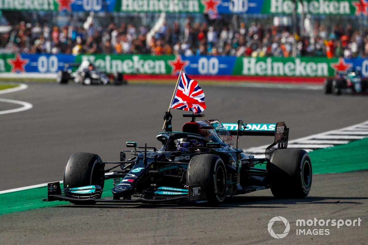 Lewis Hamilton, Mercedes W12, primo classificato, sventola la bandiera della Gran Bretagna dal cockpit sulla sua strada al Parc Ferme