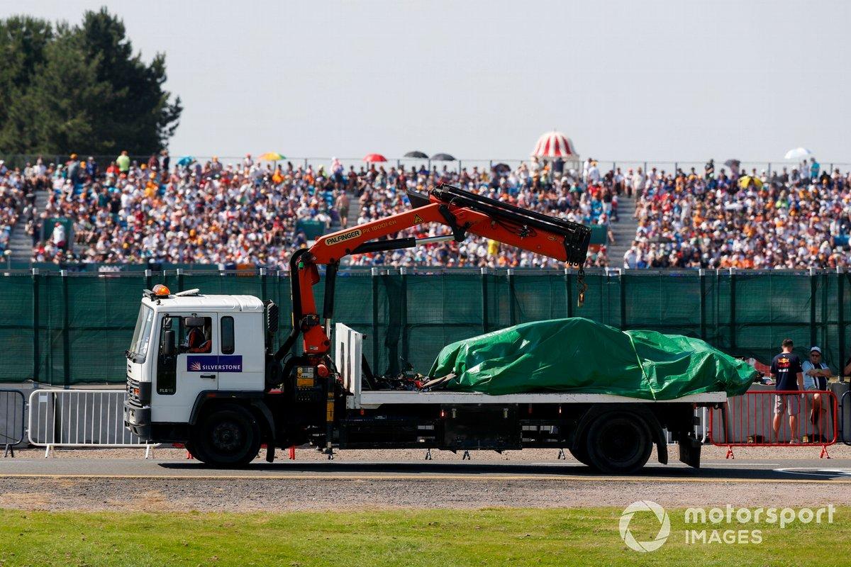 El coche de Max Verstappen, el Red Bull Racing RB16B, vuelve al garaje en una grúa