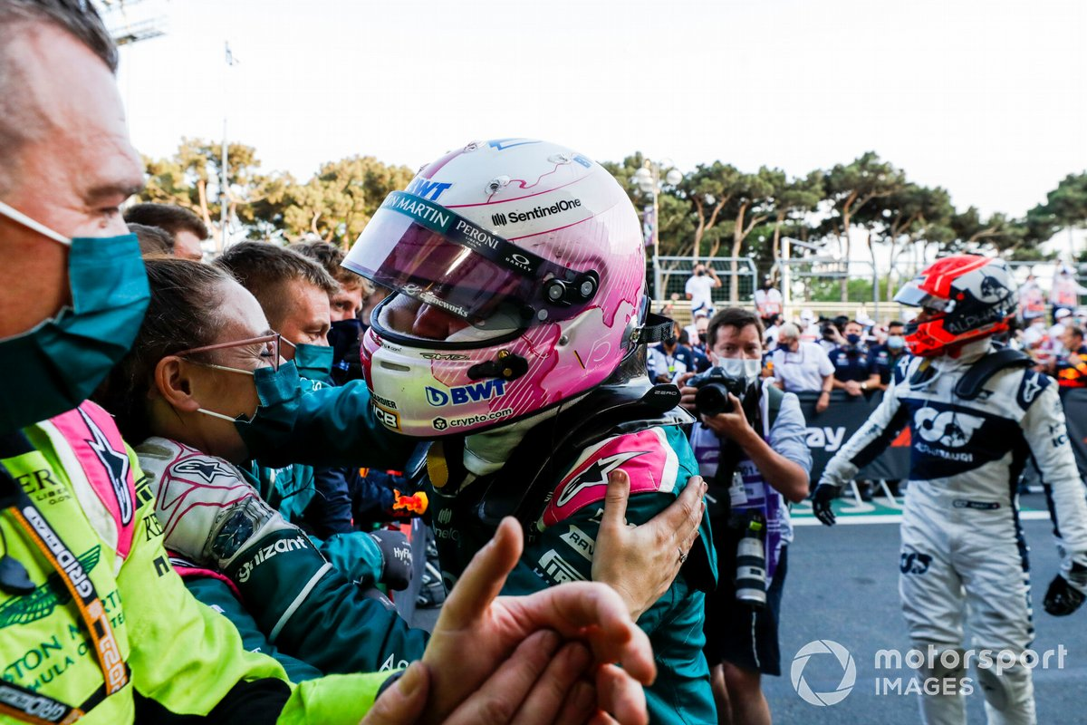 Sebastian Vettel, Aston Martin, 2ª posición, celebra con su equipo en el Parc Ferme