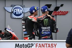 Segundo lugar Fabio Quartararo, Yamaha Factory Racing, tercero Aleix Espargaró, Aprilia Racing Team Gresini