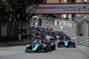 Guanyu Zhou, Uni-Virtuosi Racing precede Felipe Drugovich, Uni-Virtuosi alla partenza della gara
