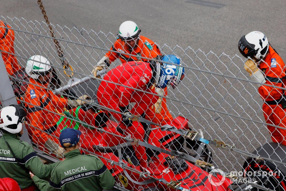 Charles Leclerc, Ferrari SF21, esce dall'auto dopo l'incidente