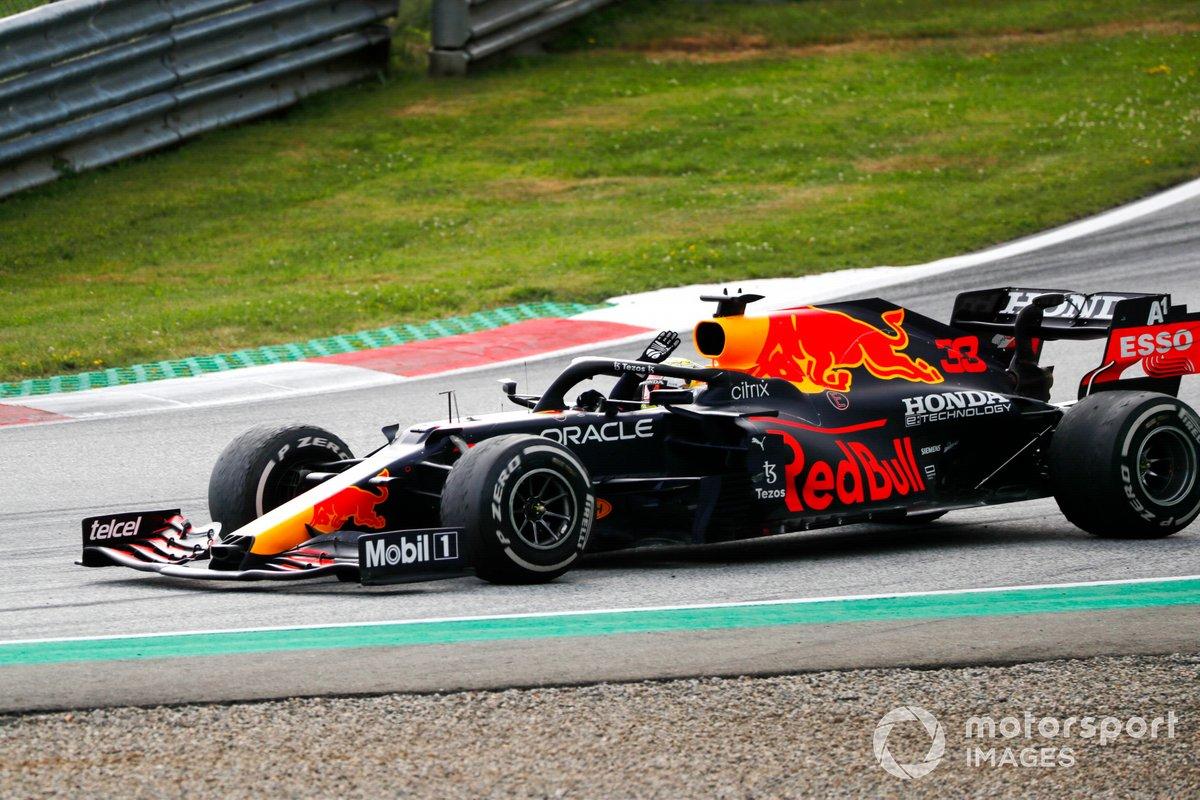 Max Verstappen, Red Bull Racing RB16B, 1ª posición, lo celebra en su cabina de camino al Parc Ferme