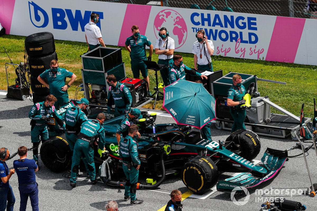 Los mecánicos preparan el coche de Lance Stroll, Aston Martin AMR21, en la parrilla de salida