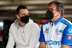 Alex Palou, Chip Ganassi Racing Honda talks with crew chief Ricky Davis