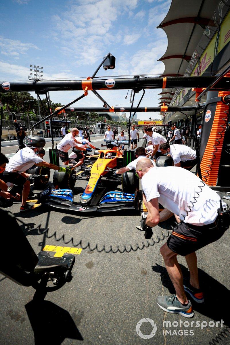 Práctica de pitstop con el McLaren MCL35M