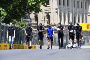 Fernando Alonso, Alpine F1 and Daniil Kvyat, reserve driver, Alpine F1 walks the track